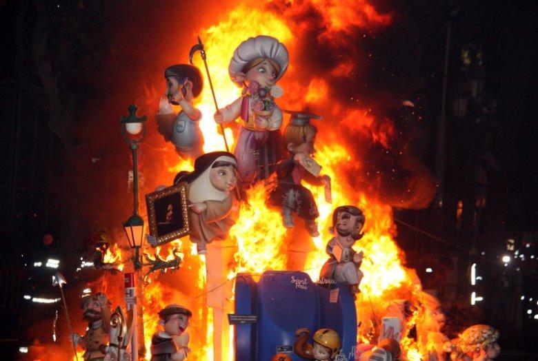 Cremà de la falla municipal de València en la nit de Sant Josep de les Falles de 2016. El monument representava la figura d'un artista faller.  Primeres Falles sense el PP.